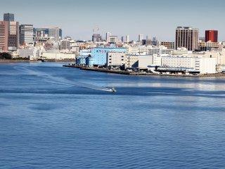 Voici la zone industrielle. Tous les immeubles bénéficient d'un accès à la voie navigable afin de transporter leurs marchandises.