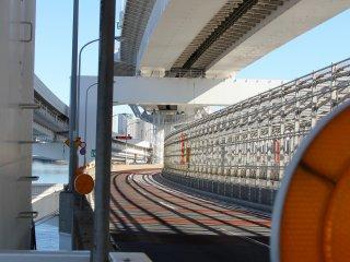 Une autre vue sur les nombreux virages et torsions du pont, mais également sur tout le métal qui compose de haut en bas la structure et qui sépare les voies ferroviaires des voies pour automobiles.