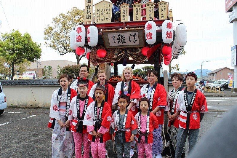 あわら温泉のにぎわいを呼ぼうと毎年4月に開催される「あわら春祭」には2014年、外国人女性たちを三味線奏者として山車に乗ってもらう企画が盛り込まれて一層のにぎわいとなった