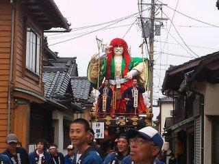 江戸時代には10数メートルもの高さの山車が練り歩いたが、道路上に電線が張られるようになった戦後からは高さが6メートルほどになっている