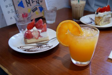 <p>Fresh orange juice and cake</p>
