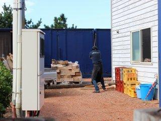 冬季のマーレは暖房に薪ストーブを使っている。スタッフはその薪割りの最中だった