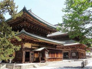 อาคารไม้ที่ใหญ่ที่สุดในภาคตะวันออกของญี่ปุ่น ภายในอาคารไม้หลังนี้มีรูปแกะสลักพระโพธิสัตว์กวนอิม และรูปวาดมังกรบนเพดานของอาคาร