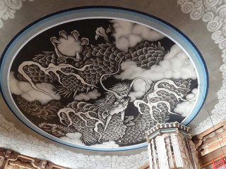 รูปวาดมังกรบนเพดานของอาคาร