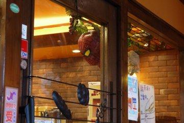 หน้ากากสไปเดอร์แมนแขวนอยู่ตรงประตู