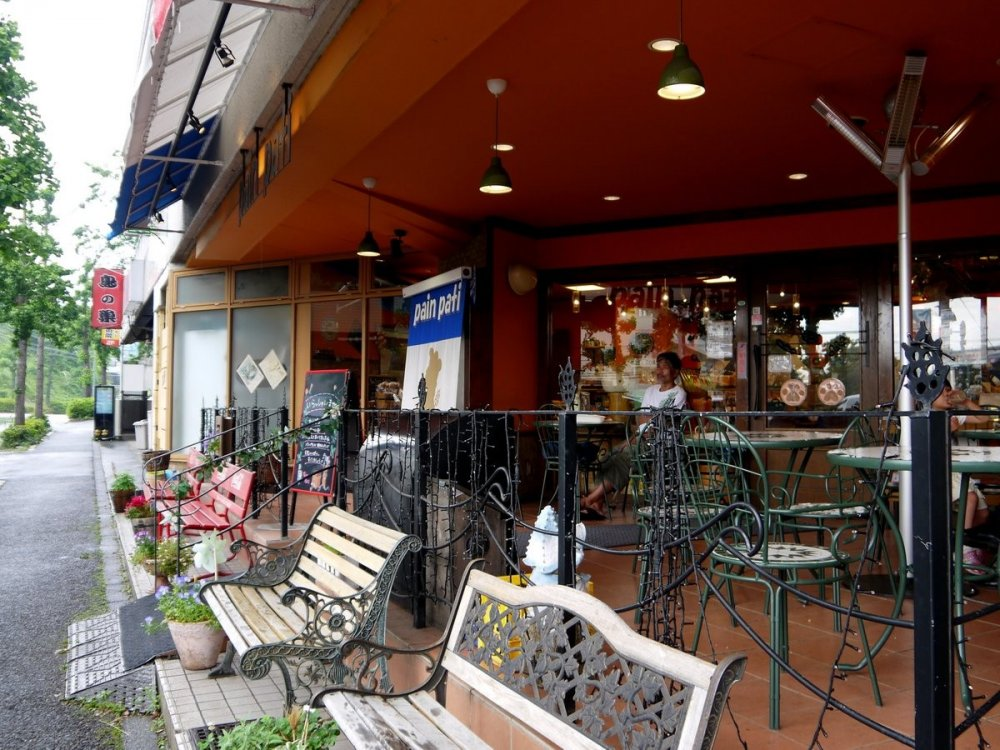 Pain Pati có một sân thượng ngập nắng để khách hàng thưởng thức bánh mì, cà phê và nghe nhạc