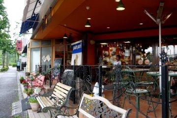 ร้าน Pain Pati มีระเบียงหน้าร้านไว้ให้ลูกค้านั่งทานขนมที่ซื้อจากร้าน