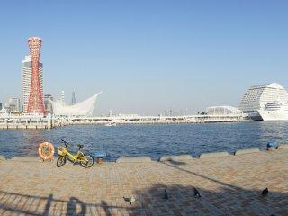 ウォーターフロントのパノラマビュー。右奥に見えるのが神戸メリケンパークホテルだ