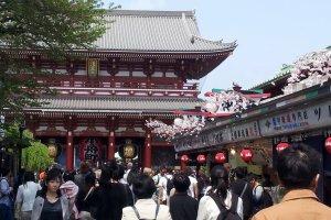 ถนนนากามิเสะที่เต็มไปด้วยนักท่องเที่ยวและร้านค้ามากมาย