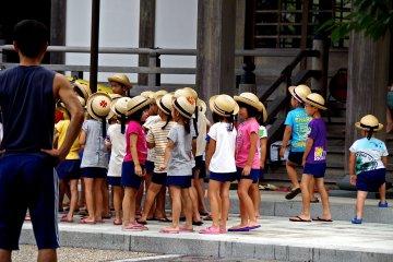 <p>Kids learning Buddhist&nbsp;customs</p>