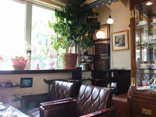 昭和の香りただよう「ん」の店内。革張りのソファと昔懐かしいインテリア