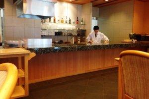 Le bar offre un large choix de saké et de spiritueux.