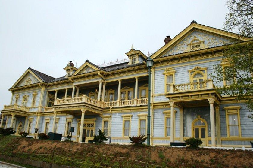 อาคารไม้สีฟ้าอมเทา - เหลือง สวยๆ