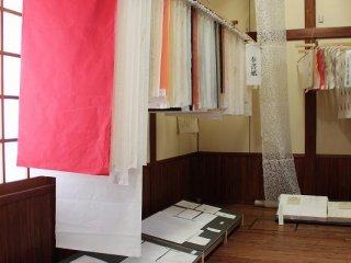 和紙といっても加える染料などによって洋紙と見紛う多様さが生まれる