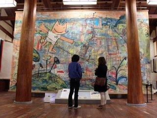 つい最近までギネス世界記録を保持していた世界最大の和紙。7.1m×4.3m、重さが8.1kgもある。絵の作者はハビエル・マリスカルというスペイン人画家の「私の町バルセロナ」