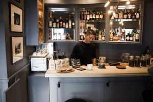 Paddlers Coffee bersembunyi dalam sudut toko pakaian pria mahal