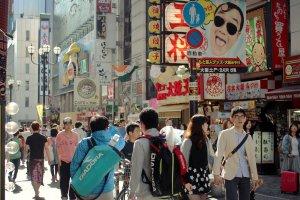 La foule se presse dans les rues animées!