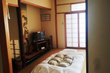 <p>Spacious guest rooms decorated in traditional Japanese style at Kagetsu&nbsp;Ryokan hotel about 30 minutes from Maizuru Cruise Ship Terminal</p>