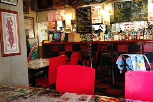 With a feel of an American diner, this slightly kitsch bar serves delightful Maizuru Curry.