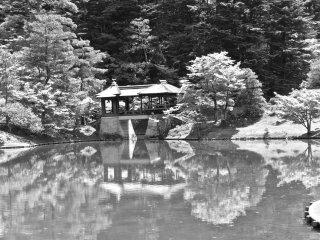 Чайный домик размещен на краю искусственного пруда