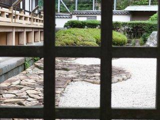 Vue sur le jardin de pierres