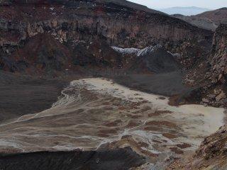 Đáy một hồ miệng núi lửa của một núi lửa đã tắt, nơi nước mưa đã tạo nên những đường nét và độ đậm nhạt tuyệt đẹp.