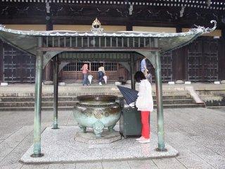 法堂は、法式行事や公式の法要が行われる場所であり、南禅寺の中心となる建物である。焼香を手向けて参拝する