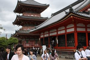 京都・清水寺は京都一の賑わいを見せる観光スポットとして人気がある