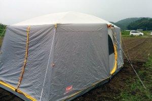 テントを張るのは畑のど真ん中だ