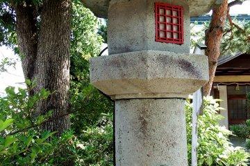 아이가 코신등의 돌기둥에 매달려 있다.