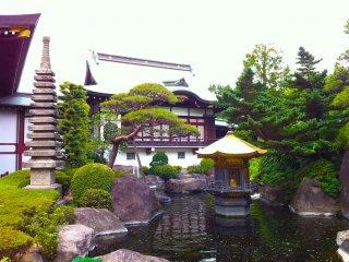 Pequeno lago ao lado do templo