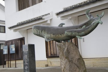 <p>A statue commemorates the town&#39;s past history of whaling in front of the 250-year-old Nakao Mansion</p>