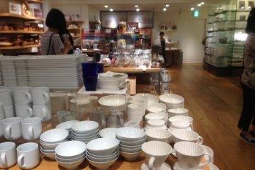 <p>일층에 전시되어있는 깔끔한 그릇들이랍니다.</p>