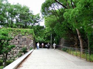 Ini adalah jalan keluar menuju Gerbang Aoyamon, gerbang pertama yang mencapai Kastil Osaka. Gerbang seperti apa yang akan menunggu Anda ...?!