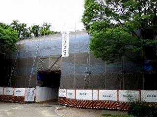 Sayangnya, Gerbang Aoyamon sedang dalam pemeliharaan dan seluruh gerbang tertutup seperti ini... yah, saya harus kembali lagi!