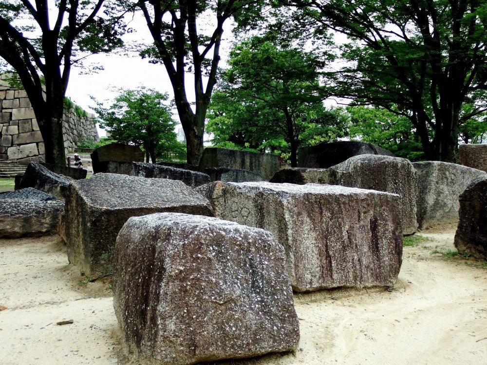 """هذه """"ساحة الأحجار المشهورة"""" في """"يامازاتو-مارو بيلي"""". عندما تعبر جسر جوكوراكوباشي تستطيع رؤيتها على يمينك."""