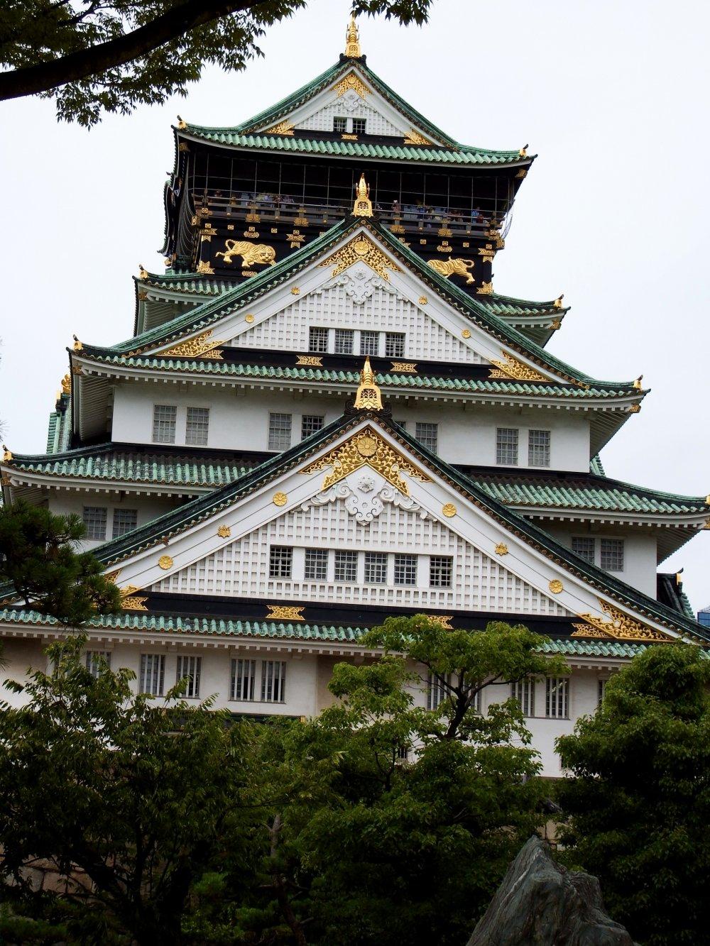 ついに大阪城天守閣正面に到着だ。この豪勢なお城をまじまじと良く見てみよう・・・