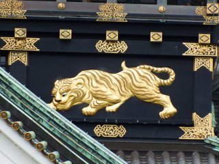 豊臣秀吉が建築した大阪城には豪奢な装飾品の数々が使用されていた。1931年の大阪城再建時、獲物を狙う黄金の虎の彫刻が316年振りに復活した。現在4種類8匹の虎のレリーフが天守閣の外壁を飾っている