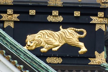 <p>The original main tower of Osaka Castle built by Toyotomi Hideyoshi featured rich embellishments. When the main tower was restored in 1931, the embellishments of tigers watching for game were brought back to life after 316 years. Today, eight tigers of four kinds are carved in relief and decorate the walls keeping watch over the neighborhood</p>