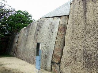 桜門をくぐると、何やら巨大な石がある・・・