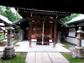 This one is called Shiratama Shrine, standing next to Wakanaga Shrine on the grounds of Hōkoku Shrine. Unfortunately, the history of this shrine is unknown to me