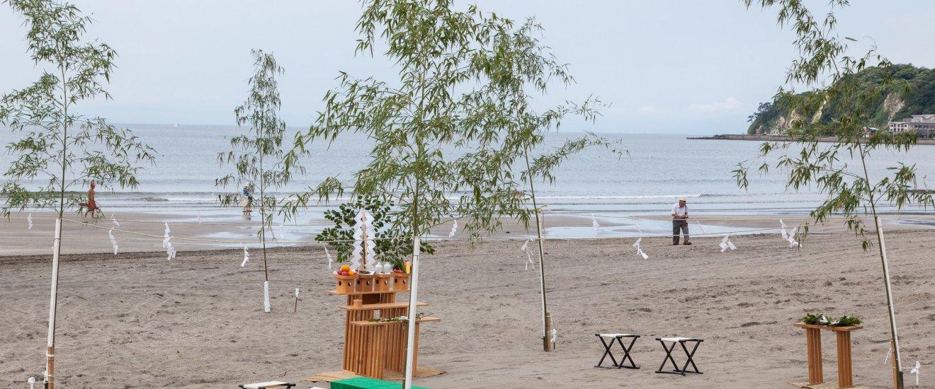 L'autel et les décorations shintoïstes installés sur la plage de Kamakura