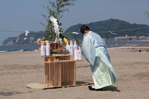 Salutation au kami de la mer, devant l'autel