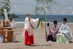 Le kagura est une forme de danse sacrée offerte au kami