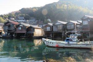 As encantadoras casas flutuantes em Ine