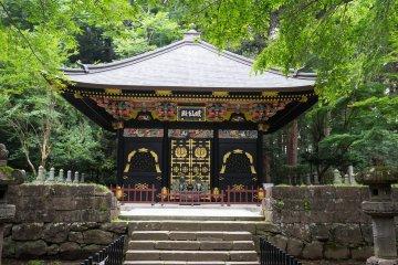 Дзэннодэн - это один из трех украшенных мавзолеев во внутреннем дворе комплекса Дзуиходэн