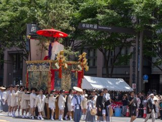 Hakurakuten-yama (白楽天山) During the Yamaboko Junko (山鉾巡行) in Kyoto, 2012! This float features a famous scene in which Hakurakuten (Po Chu-i) (772-846), a Chinese poet of the Tang dynasty, is asking the Zen master Dorin about the essential teaching of Buddhism