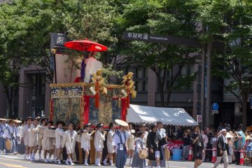 <p>Hakurakuten-yama (白楽天山) During the Yamaboko Junko (山鉾巡行) in Kyoto, 2012! This float features a famous scene in which Hakurakuten (Po Chu-i) (772-846), a Chinese poet of the Tang dynasty, is asking the Zen master Dorin about the essential teaching of Buddhism</p>
