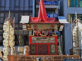 Moso-Yama (孟 宗 山) Trong buổi diễu hành Yamaboko Junko (山鉾巡行) ở Kyoto, 2011! Búp bê thần được trưng bày trên chiếc kiệu này, cũng là Takenoko-yama (ngọn đồi măng), là một nhân vật trong truyện 'Nhị thập tứ hiếu' từ Trung Quốc cổ đại. Sinh ra ở Giang Hạ (nước Đông Ngô trong thời Tam quốc vào thế kỷ 13), Moso (Mạnh Tông) đã được lên làm quan trong triều.