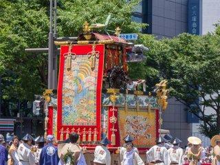 Tourou-Yama (蟷螂山) Trong buổi diễu hành Yamaboko Junko (山鉾巡行) ở Kyoto, 2012! Chiếc kiệu này bắt nguồn từ tên của một câu nói xưa ở Trung Quốc rằng một con bọ ngựa cầu nguyện, dù nhỏ bé, đủ can đảm để nâng những chiếc rìu của mình lên cao trong không trung trước một đội quân hành quân để cố gắng ngăn chặn nó